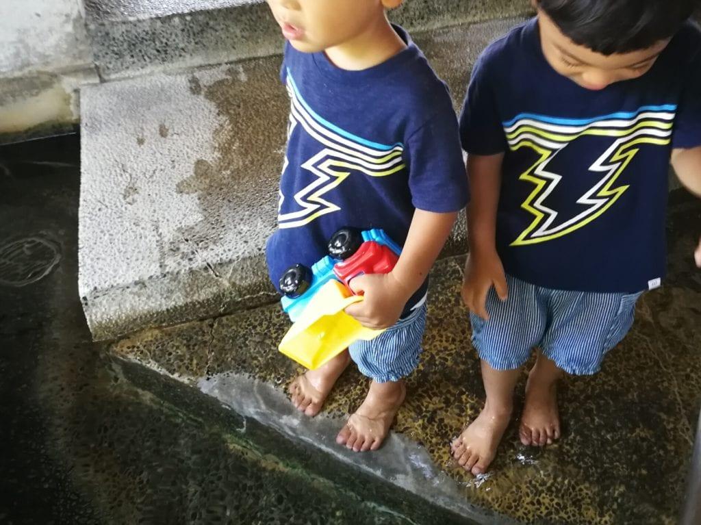 下賀茂温泉湯の花の足湯